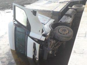 В Запорожской области грузовик съехал с моста и перевернулся: водителя вызволяли спасатели - ФОТО