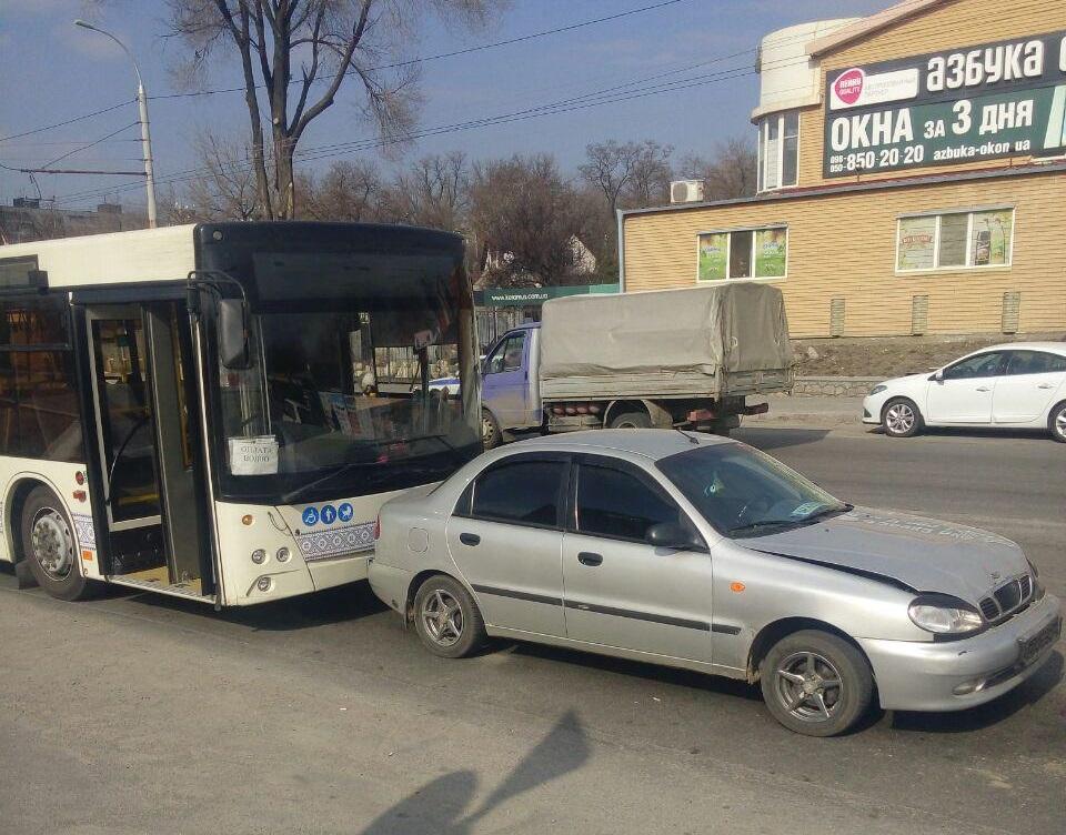 В Запорожье большой автобус врезался в легковой автомобиль - ФОТО