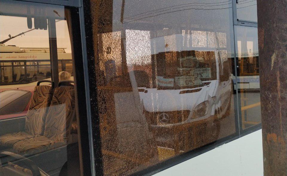 В Запорожье попал в ДТП автобус, вышедший на новый маршрут - ФОТО