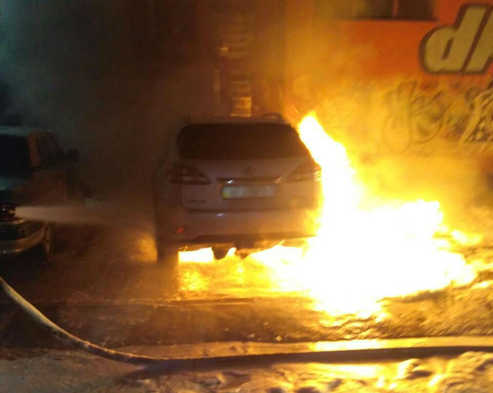 В Запорожье на закрытой парковке сгорел автомобиль «Lexus» - ФОТО, ВИДЕО