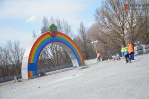 В Запорожье кладут новую плитку и благоустраивают площадь перед каскадом фонтанов «Радуга» - ФОТО