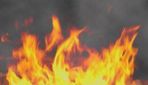 В Запорожье мужчина, пытаясь самостоятельно потушить пожар, получил ожоги