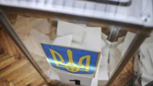 В Запорожье избиратель сорвал пломбу с урны для бюллетеней - ФОТО