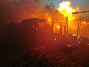 В Запорожской области на территории жилого дома горела хозпостройка