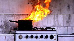 В Запорожье десять спасателей тушили пожар, который возник из-за забытого на плите ужина