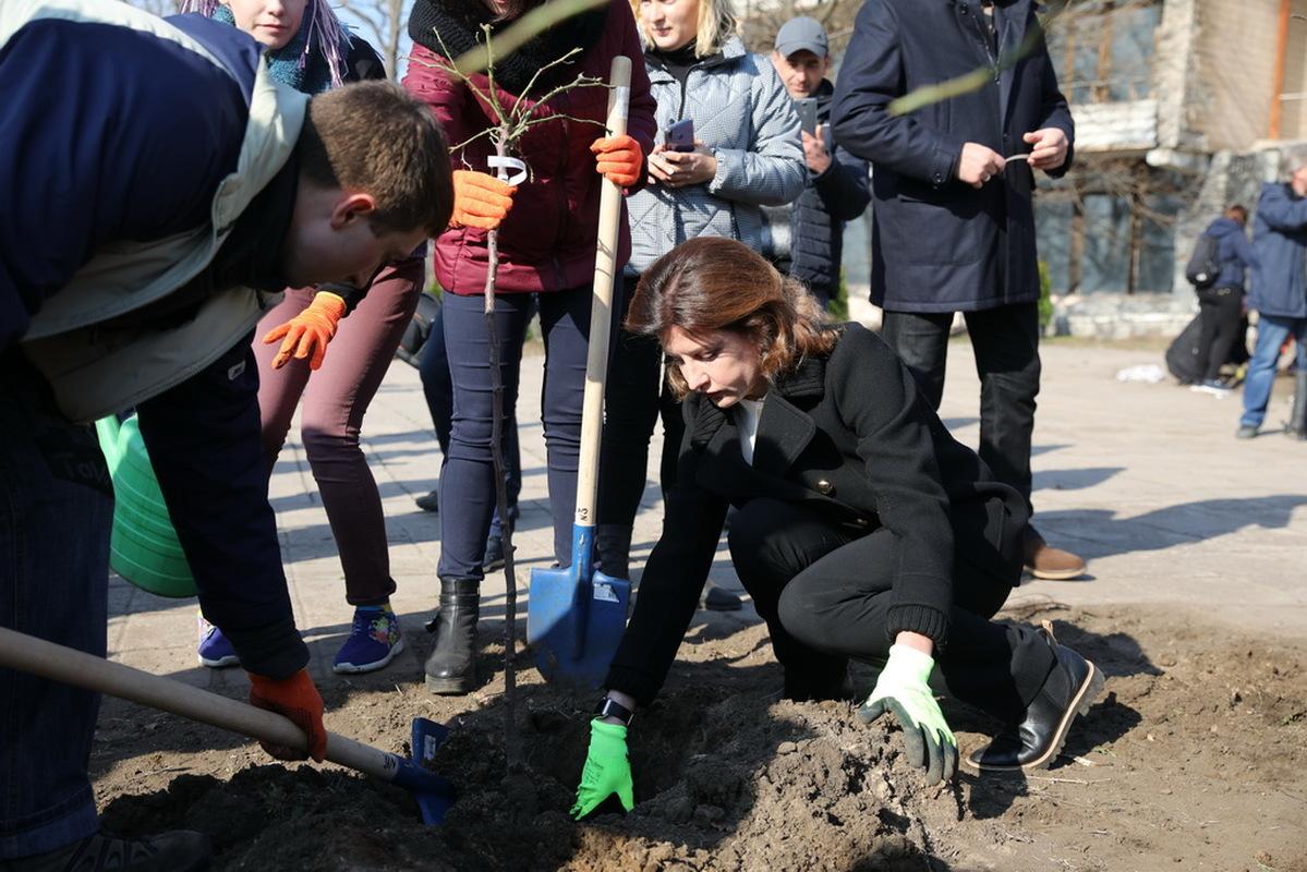 В Запорожье первая леди вместе со студентами высадила розы в реабилитационном парке на Хортице