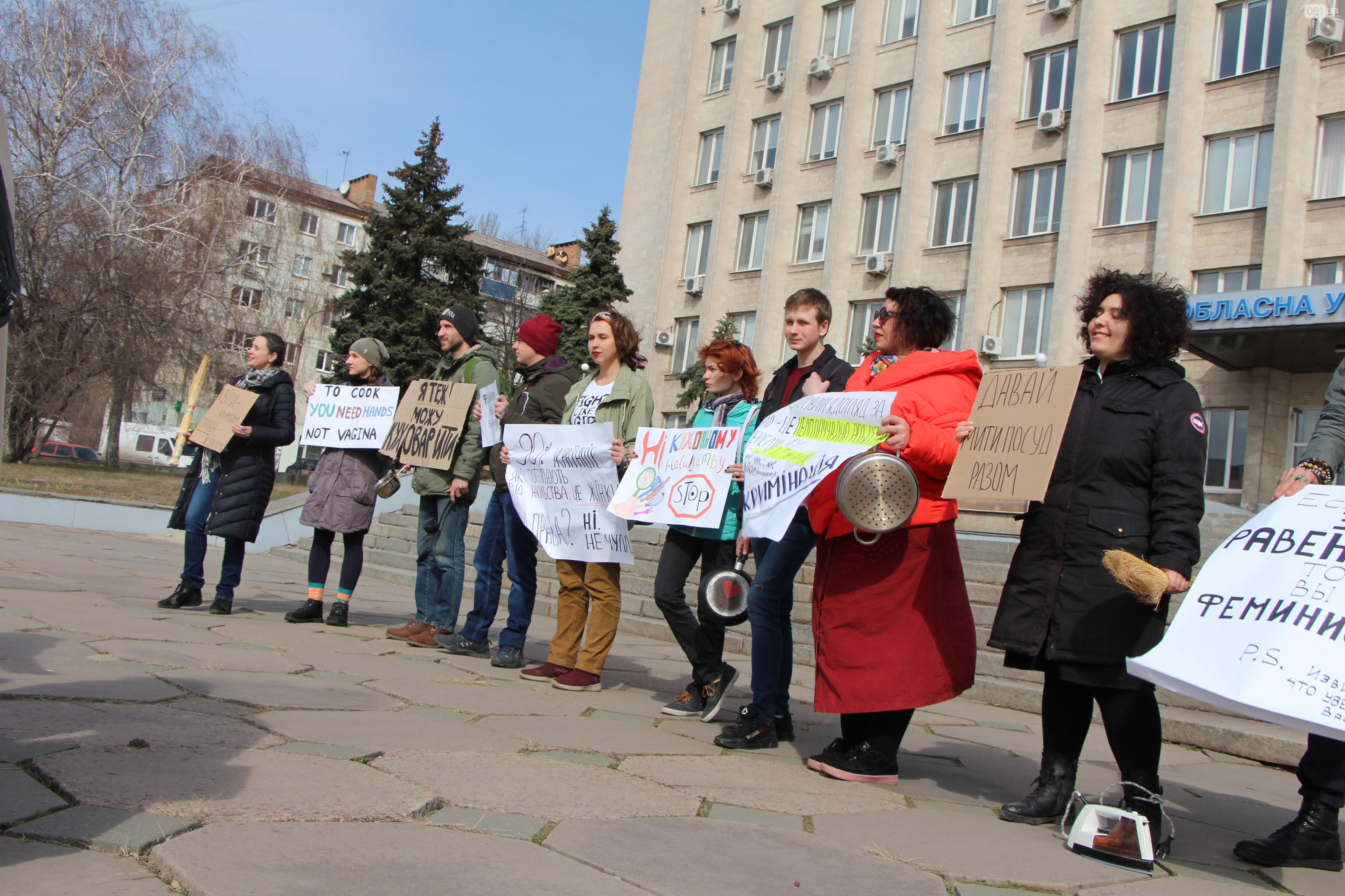 «Женщина не кухонный комбайн»: в центре города запорожские активисты со сковородками и вениками в руках напомнили о равноправии - ФОТО
