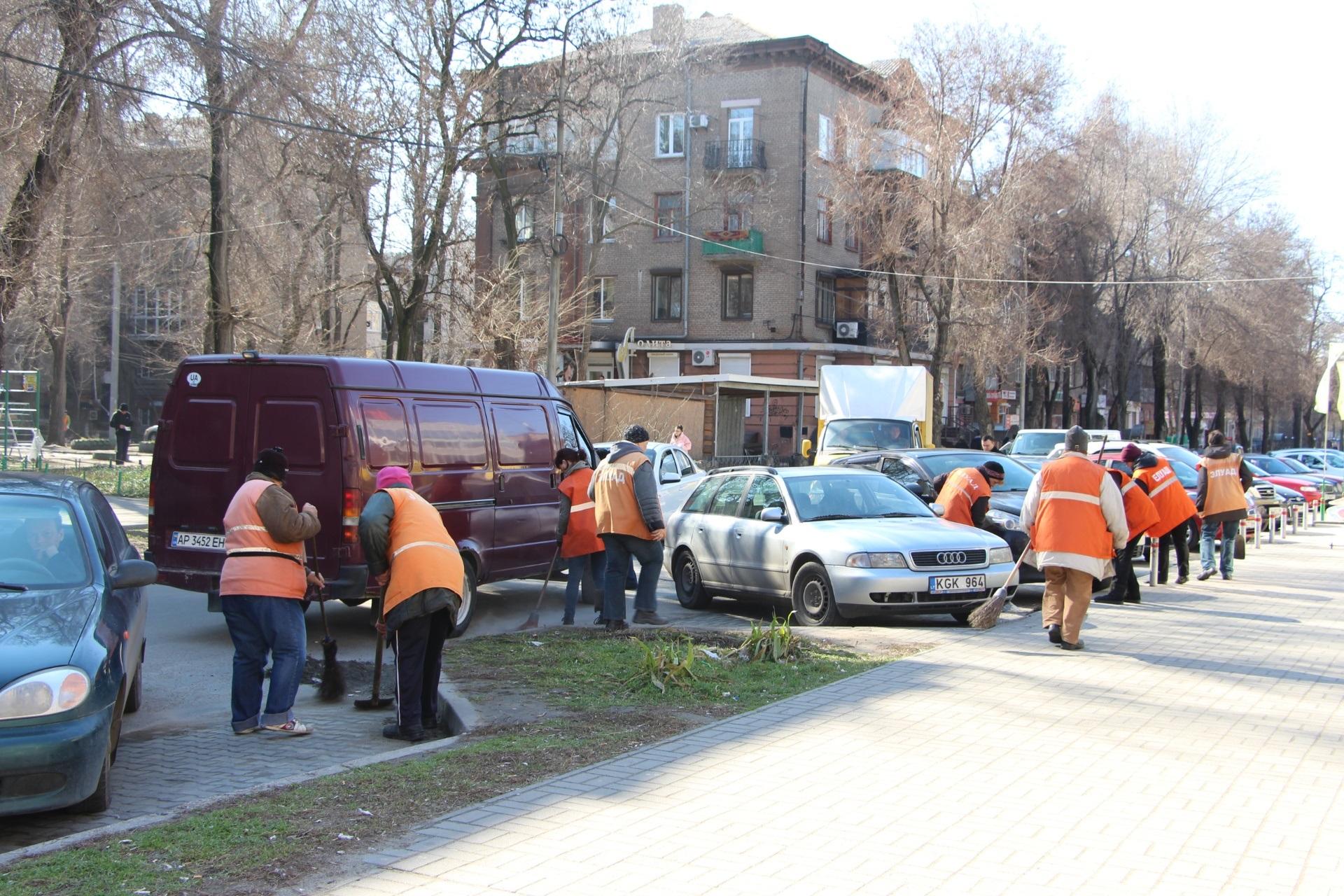 В Запорожье коммунальщики наконец-то приступили к весенней уборке дорог и тротуаров - ФОТО