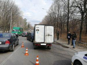 В Запорожье грузовой пикап не поделил дорогу с легковушкой - ФОТО