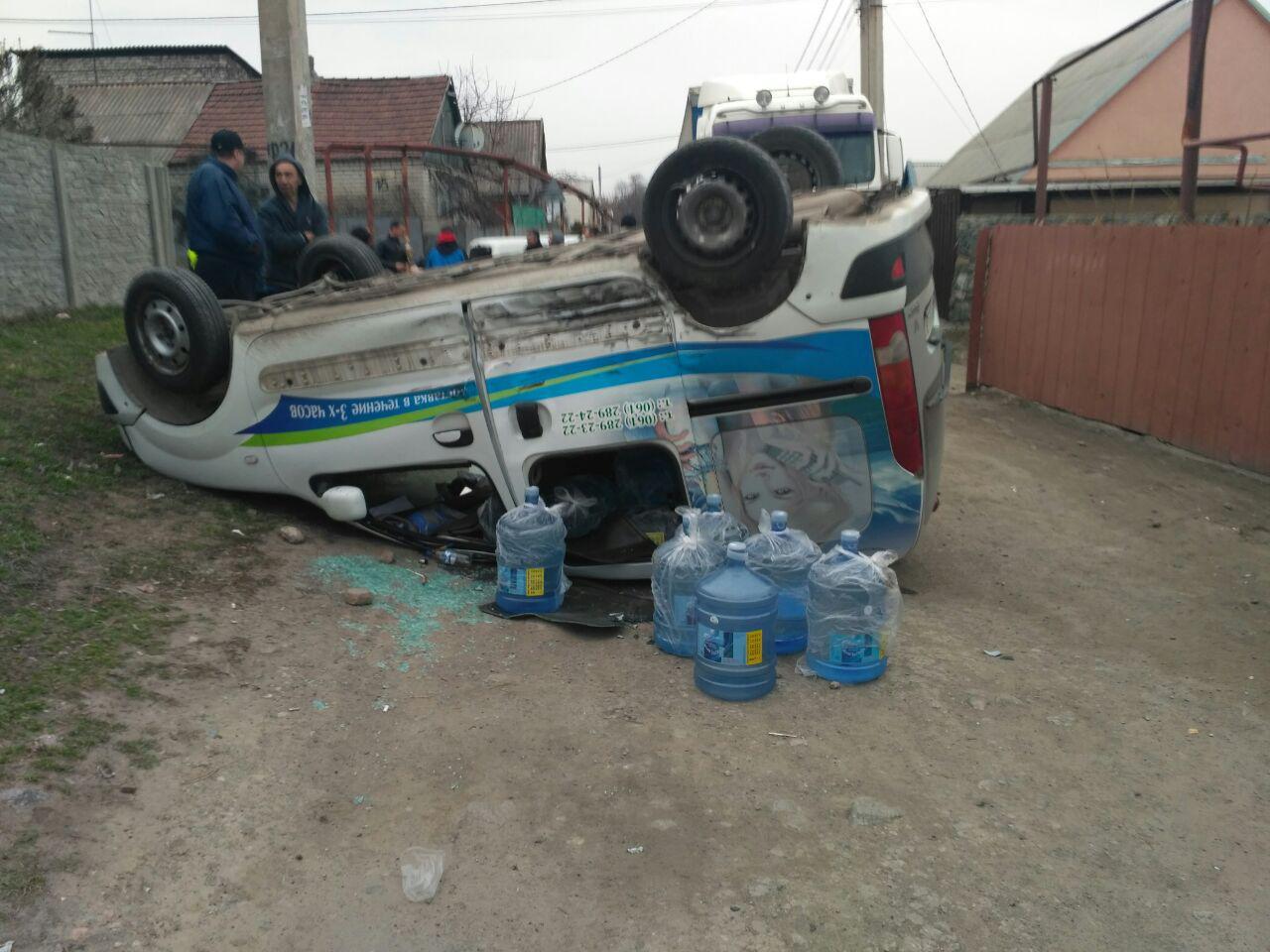В Запорожье в результате ДТП перевернулся автомобиль - ФОТО