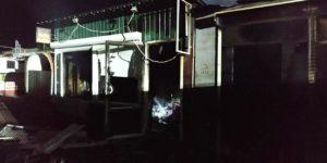 В Запорожье 14 спасателей тушили пожар на рынке - ФОТО