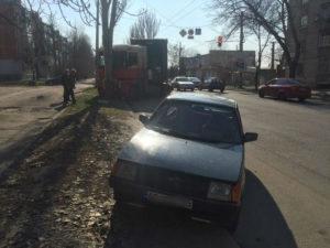 В Запорожье грузовик протаранил припаркованную легковушку и врезался в дерево - ФОТО