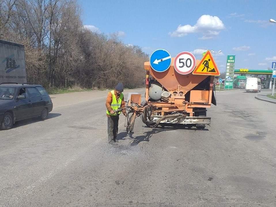 Ремонт на запорожских трассах: за неделю дорожники залатали более 13 тысяч квадратных метров ям - ФОТО