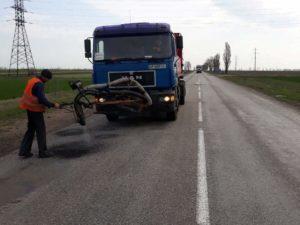 В Запорожской области продолжают ликвидировать ямы на дорогах - ФОТО