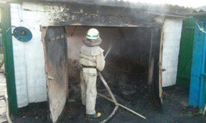 В Запорожской области сгорел гараж и пристройка: пожар тушили 4 спасателя - ФОТО
