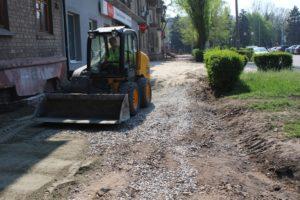 В Заводском районе Запорожья проводят реконструкцию тротуаров - ФОТО