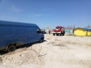 В Запорожской области микроавтобус застрял в песке на пляже - ФОТО