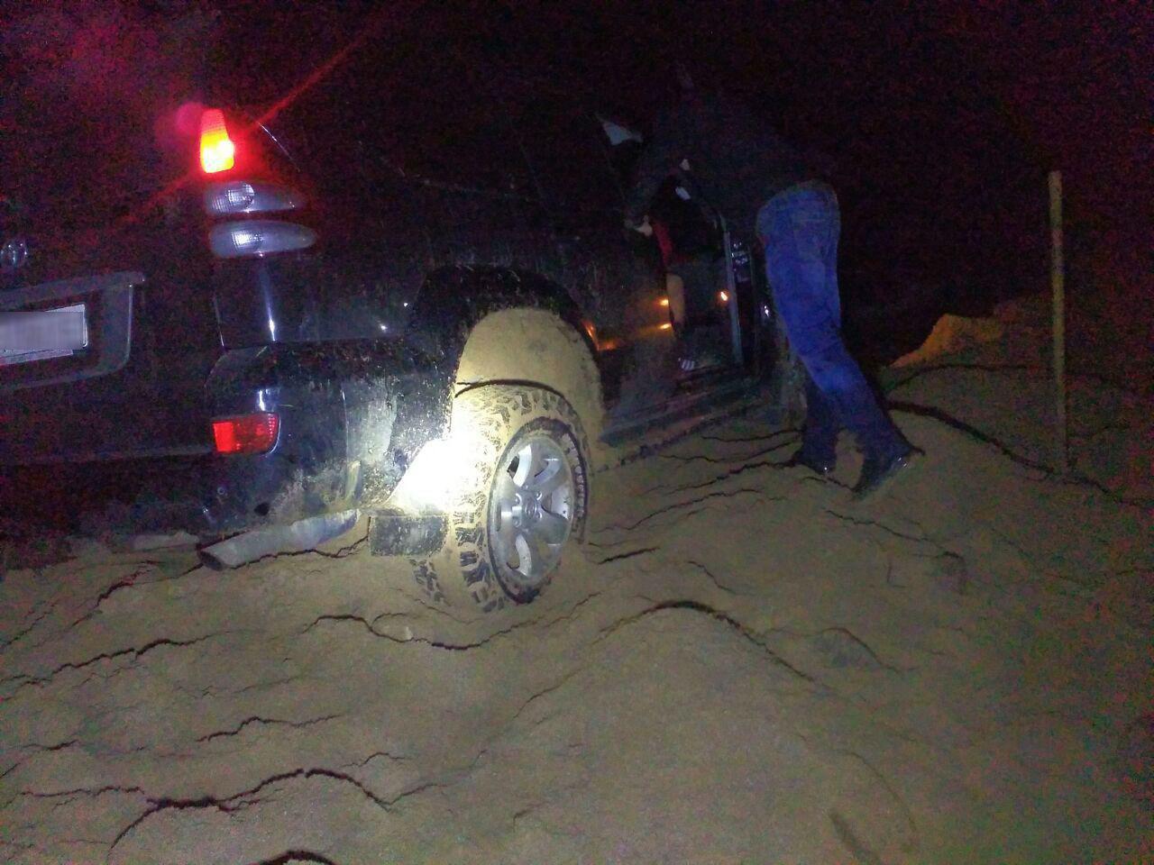 На побережье Каховского водохранилища легковушка застряла в песке - ФОТО