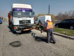 Ремонт на запорожских трассах: за пять дней дорожники залатали 3 тысячи квадратных метров ям - ФОТО