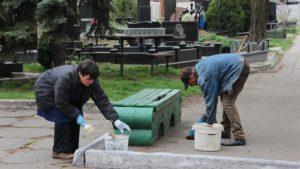 Запорожские кладбища приводят в порядок к поминальным дням