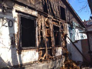 В Заводском районе Запорожья горел дом: пострадал мужчина - ФОТО