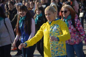 В Запорожье студенты, спортсмены и чиновники провели масштабную утреннюю зарядку под музыку - ФОТО
