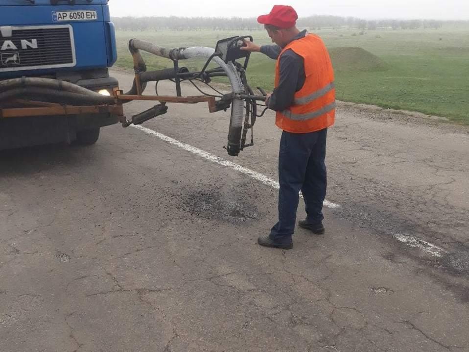 На запорожских трассах за два дня дорожники залатали более 5 тысяч квадратных метров ям