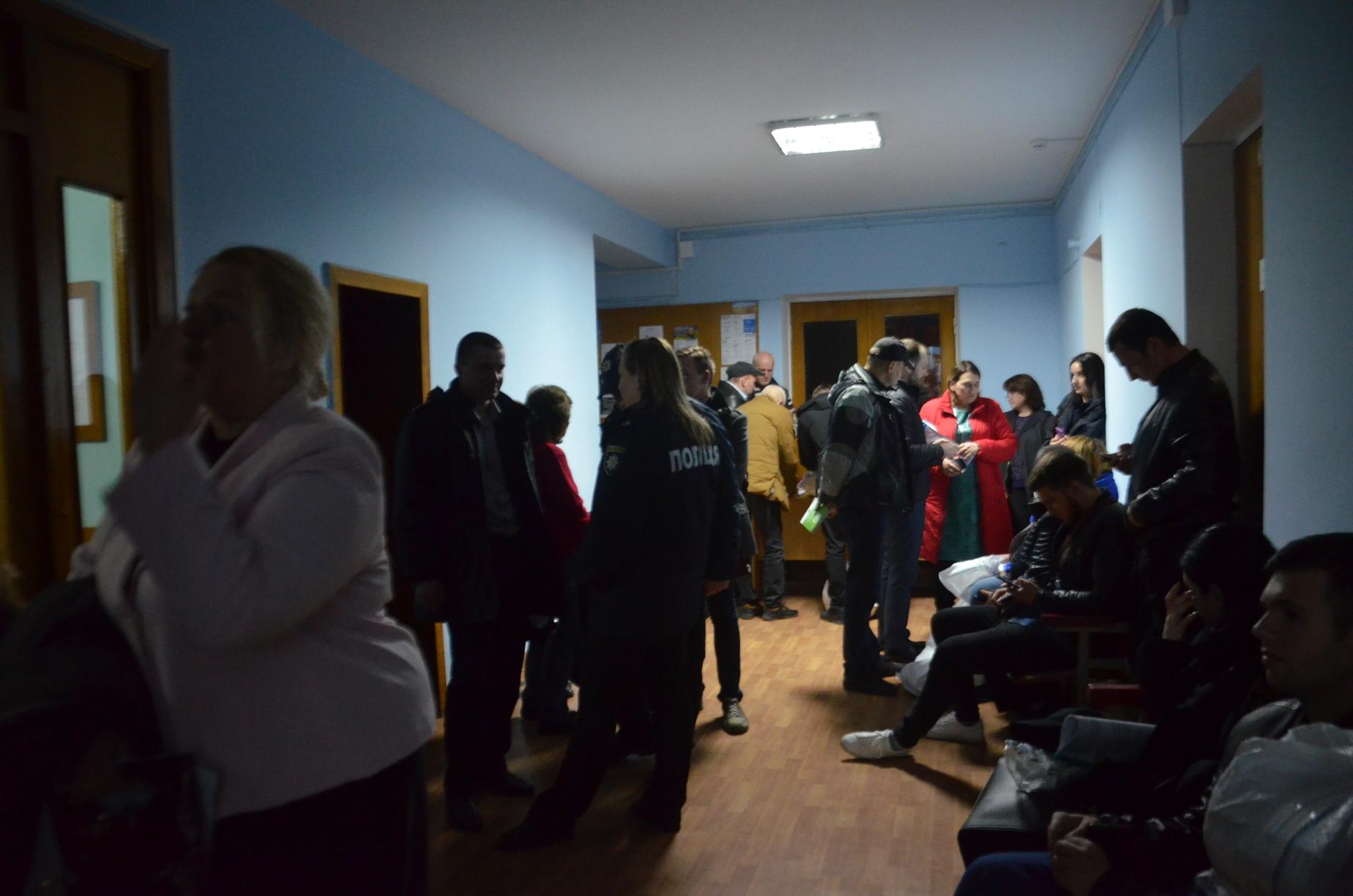 Бегут сдаваться: в Запорожье представители комиссий столпились в очереди с мешками бюллетеней – ФОТО