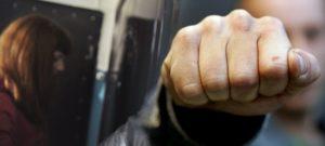 В Запорожье мужчина, который получил слишком большой счет за свет, избил сотрудницу «Запорожьоблэнерго»