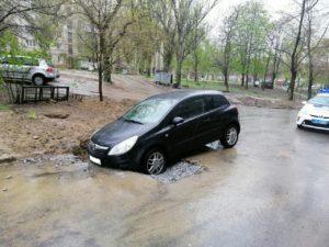 В Запорожье невнимательный водитель легковушки застрял в яме с щебнем, которую оставили дорожники - ФОТО