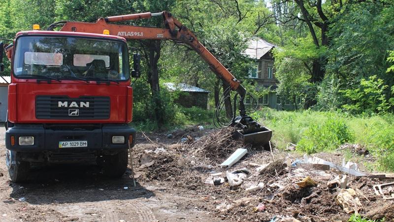 В Заводском районе Запорожья ликвидируют стихийные свалки
