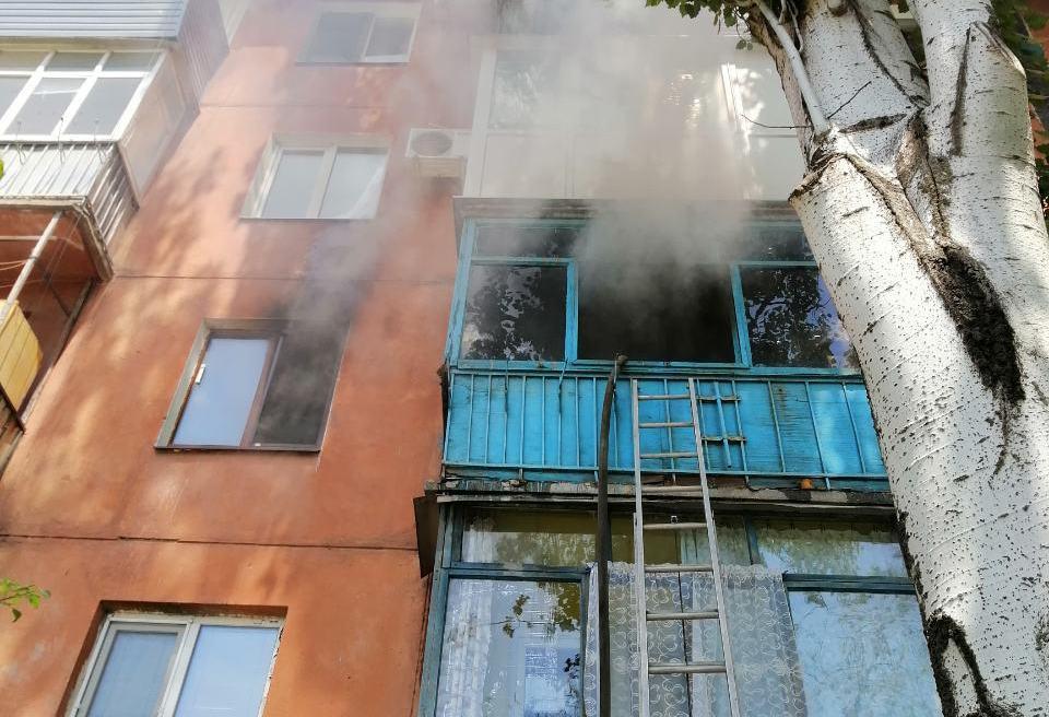 В Запорожье пожарные спасли жизни жителей многоэтажного дома, где загорелась квартира - ФОТО
