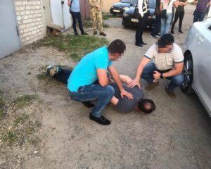 В Запорожской области полицейского задержали за вымогательство и получение 10 тысяч долларов взятки - ФОТО