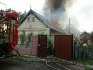 В Шевченковском районе Запорожья горел жилой дом: пострадавшего доставили в больницу - ФОТО