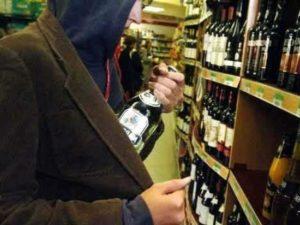 В Запорожье компания подростков украла из супермаркета алкоголь - ФОТО