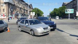 В центре Запорожья автомобиль