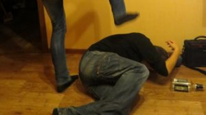 В Запорожье пьяный мужчина жестоко избил брата и друга: пострадавших доставили в больницу