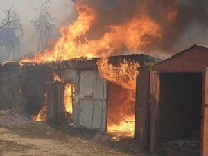 В Запорожской области горел гараж с авто и скутером внутри