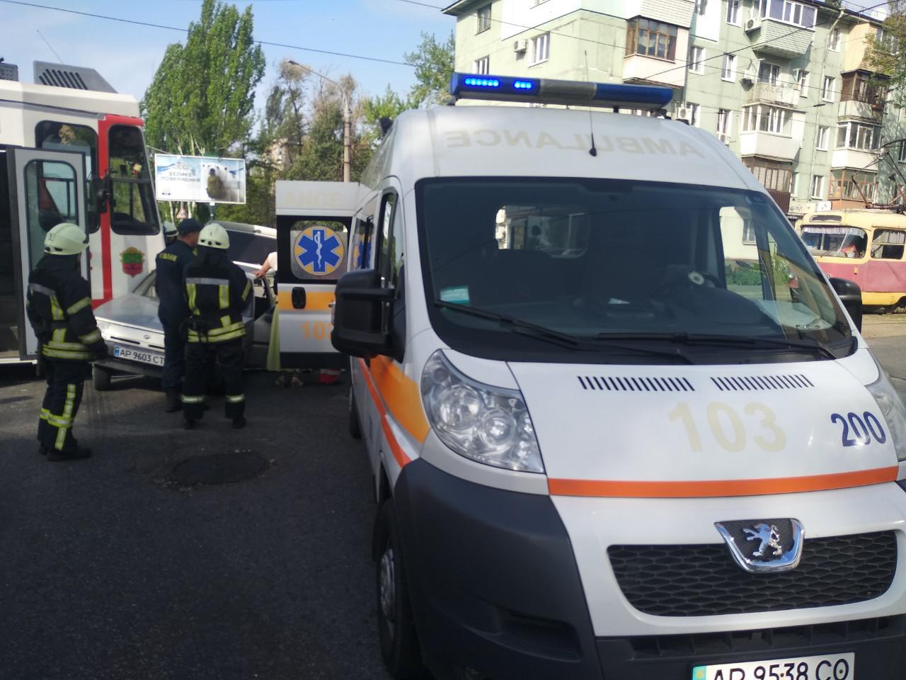 ДТП с трамваем в Запорожье: водителя легковушки доставили в больницу - ФОТО
