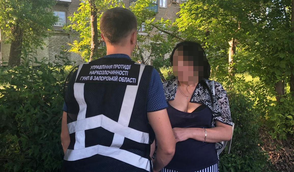 В Запорожье задержали женщину за сбыт опасного наркотика - ФОТО, ВИДЕО