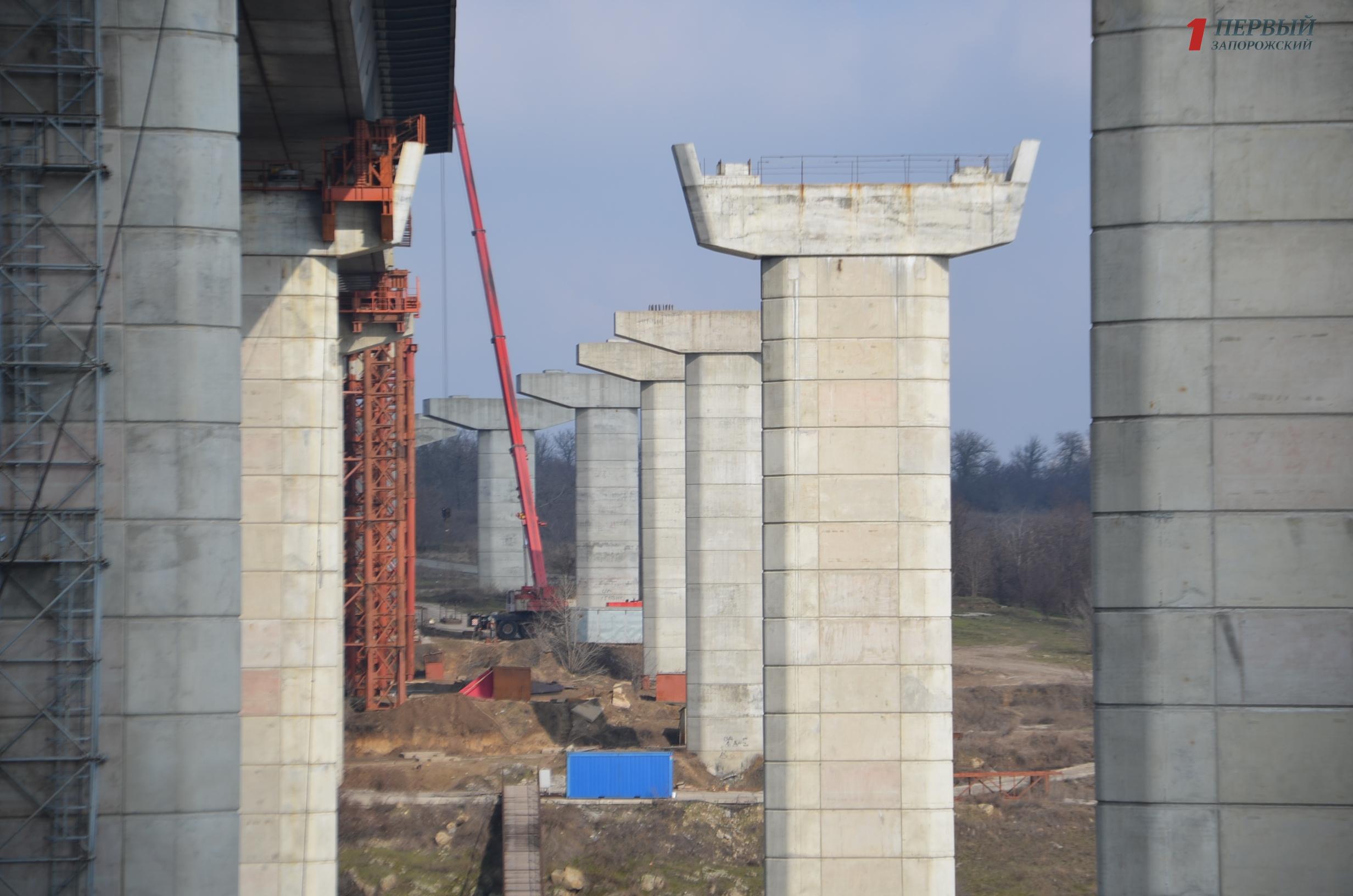 В Запорожье 21-летний парень упал с недостроенного моста и погиб