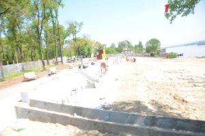 Спортинвентарь, новые лавочки и навесы: в Запорожье «кипят» работы по реконструкции Правобережного пляжа - ФОТО