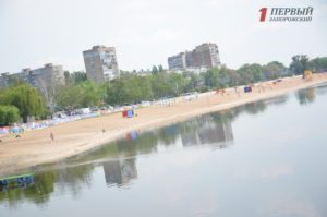Ржавые будки, пляжный инвентарь, отсутствие туалетов и «убитые» дорожки: как выглядит Центральный пляж в преддверии летнего сезона – ФОТО