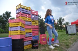 Хлеб с чернилами каракатицы, помощь животным и яркие фотозоны: как в Запорожье проходит семейный фестиваль «Пикник на Радуге» - ФОТО