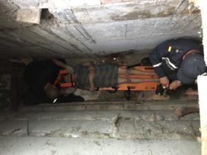 В Запорожье женщина упала в подвал: ее доставали спасатели - ФОТО