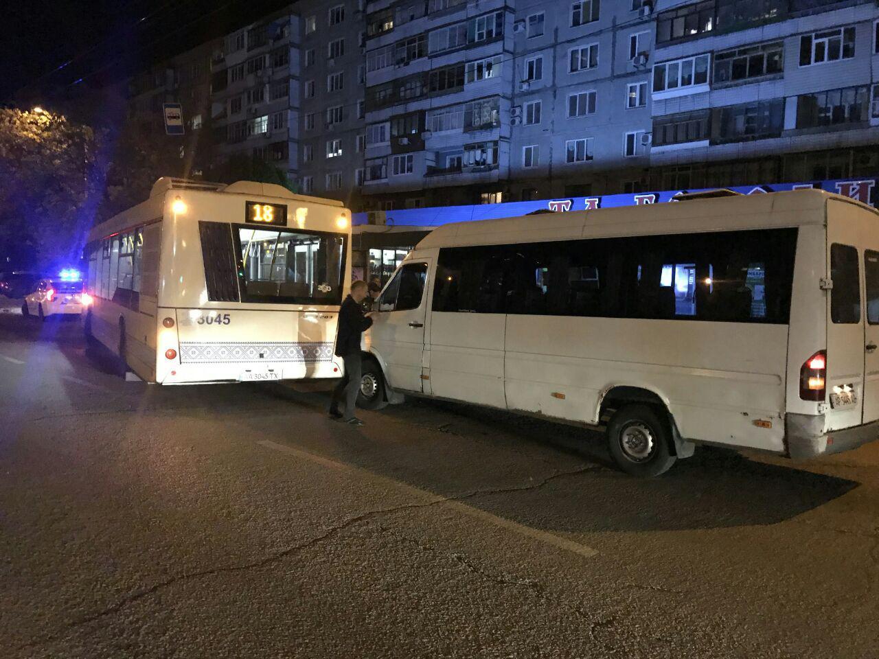 В Запорожье столкнулись большой автобус и маршрутка - ФОТО