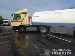 На запорожской трассе легковушка влетела в фуру: двое погибших - ФОТО