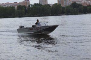 В Запорожье семья с ребенком застряла посередине Днепра из-за поломанного катера - ФОТО