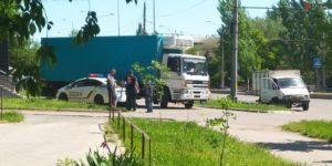 В Запорожье грузовик, сдавая назад, наехал наограждение - ФОТО