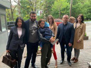 Маленький мальчик, которого удерживали в посольстве Дании, поехал с матерью в Запорожье